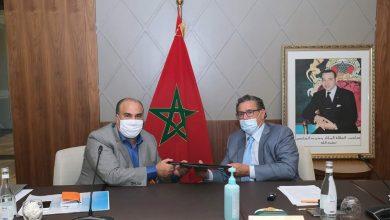 صورة توقيع عقود نجاعة بين عزيز أخنوش والمنسقين الإقليميين والجهويين لحزب الأحرار