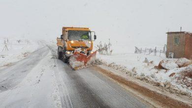 صورة سلطات إقليم أزيلال تتعبأ لإزاحة الثلوج عن الطرقات التي توقفت فيها حركة السير