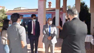 صورة لجنة وزارية بالثانوية التأهيلية محمد الخامس خنيفرة لبناء ملعب معشوشب بمعايير دولية